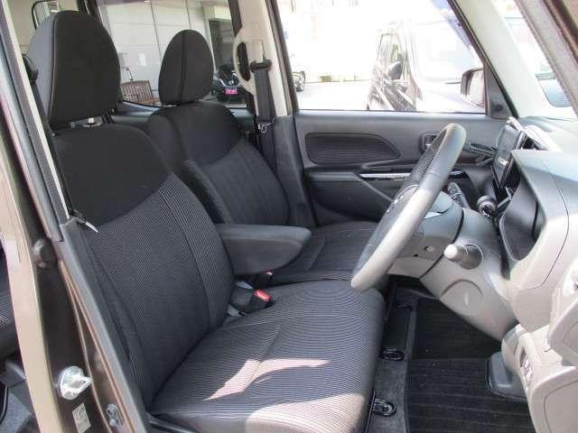 アームレスト付の運転席でゆったり快適なドライブをお愉しみ下さい!