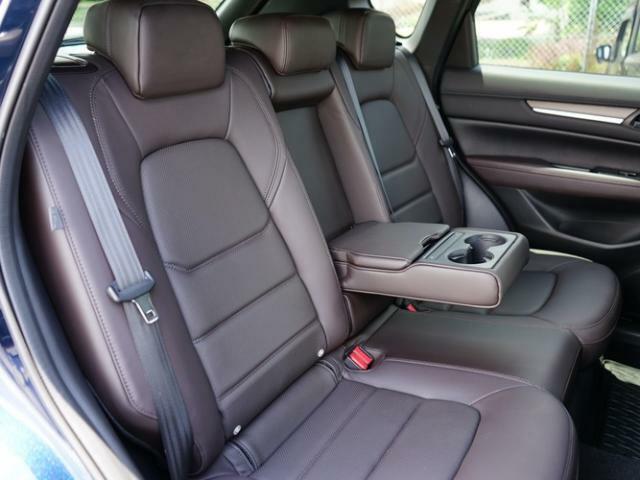 後部座席も広々スペースです。大きな座面とリクライニング機能でゆったりロングドライブをお楽しみいただけます。