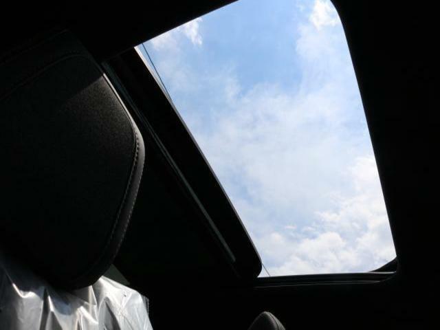 パノラミックサンルーフは、四季を問わず爽快なドライビングをもたらします。【PEUGEOT一宮:0586261611】