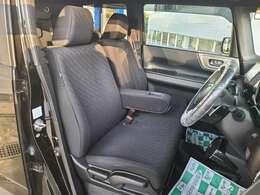 フロントシートのお写真です。ゆったりと座れるシートになっており長時間の運転も疲れにくくなっております♪
