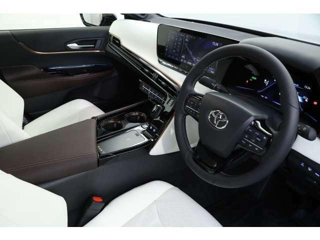 ホワイトレザーを採用し、輸入車のような高級感がある内装でございます!