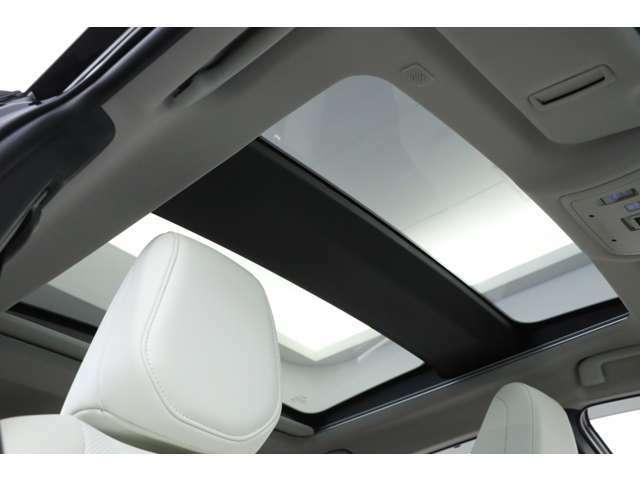 パノラマルーフが搭載されておりますので、開放感のある空間でのドライブをお楽しみ頂けます!