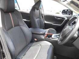 合成皮革を採用したスポーティーデザインのフロントシートは、しっかり体を支える、快適な座り心地です。シートには、ヒーターとクーラーを内蔵しています。