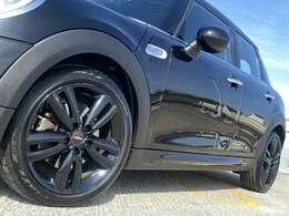 ジョンクーパーワークス標準17インチAW。タイヤ溝も十分ございます。