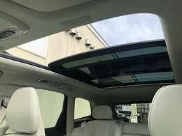 開放感をもたらすチルトアップ機構付電動パノラマ・ガラス・サンルーフ。ワンタッチで開閉可能です。チルト機能もついており、高速走行時でも、巻き込み風の影響が少なく車内の空気を入れ替えれます。