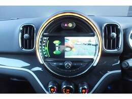 バックカメラの映像が鮮明です。前後の障害物センサーは音と画面上のグラフィックで確認出来ます。縦列駐車のサポート付。