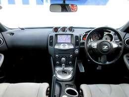 メーカーオプションのHDDナビ・ETC・オートエアコン・インテリジェントキー等を装備する運転席まわり。