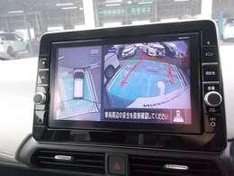 アラウンドビューモニターです。4つのカメラからの映像を合成・処理することで空から見下ろすような視点で周囲を確認でき、駐車時の車の位置確認がスムーズになります。