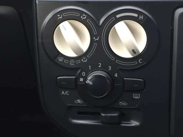 マニュアルエアコン搭載!夏は涼しく、冬は暖かい車内で運転ができます♪