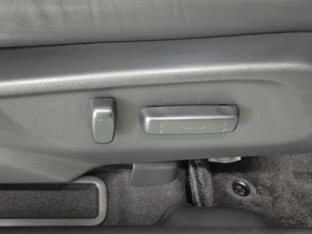 シート位置や角度を電動できめ細かに調整可能なパワーシート。運転席には、調整位置を登録・呼び出しできるメモリー機能付。運転を交代した際などに便利です。