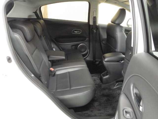 リアシートはセンタータンクレイアウトのおかげで足元広々ゆったり座れるシートとなっています。