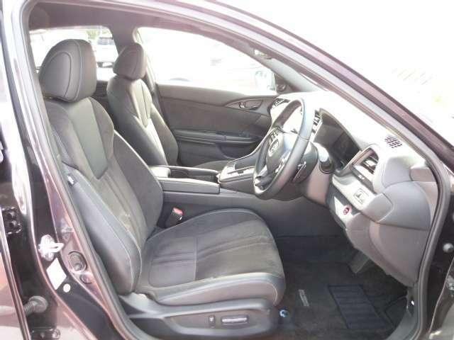 運転席と助手席は電動シートになっています