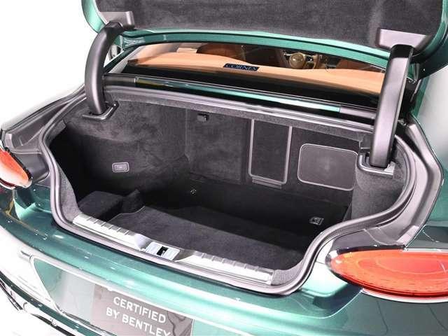 トランクは奥行きがあり、十分なスペースが確保されています。