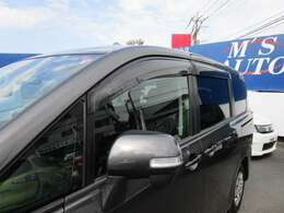 安全面でもスタイリング面でも効果的なミラーウインカーやサイドバイザー付き!