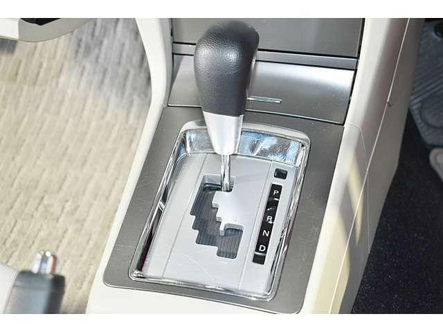 ゲートに沿ってポジションの操作をするシフトレバーを採用。感度の良いシフトチェンジが可能です!