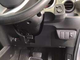 左側に高速で便利なETCがあり、ヘッドライトの角度を調整できるレベリングダイヤルと、電動格納式リモコンドアミラーのスイッチは運転席の右側、手の届きやすい位置にあります。