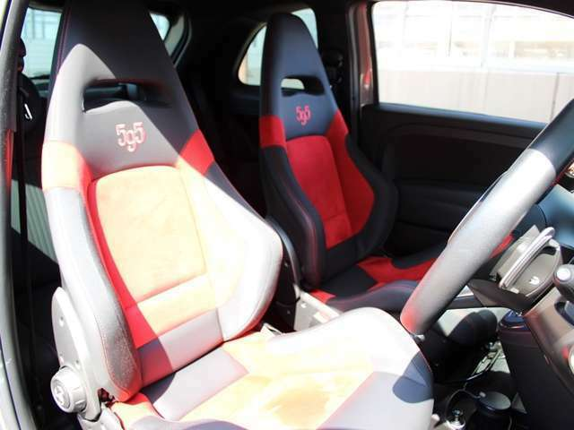フロントシートはブラックとレッドがおしゃれなサベルト製スポーツシートです。キレイな状態を保っています。