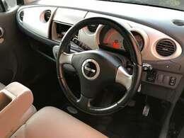 シンプルな運転席まわり。コラムオートマとなります。