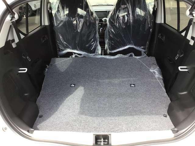 後部座席を倒すとよりトランク空間が広がります!