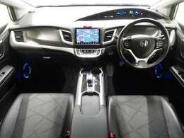 運転席では、セダン並みのドライビングポジションを追求。ドライバーの目線を低くすることで走行時の安定感を獲得しています。また、ピラーの工法やドアライニングの処理に工夫を凝らし見晴らしのよい前方視界を確保
