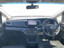 開放的な前方視界!!運転がしやすいですよ^^窓が大きく、見通しが良いお車です☆黒を基調としたインテリアカラーとなっており、男女問わない人気のデザインです♪