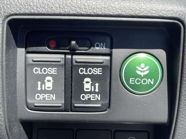 両側のパワースライドドアは、運転席にいながら開閉することができます!!ボタン1つで操作できるので、簡単ですね^^ECONモードでは低燃費で走行することができます☆