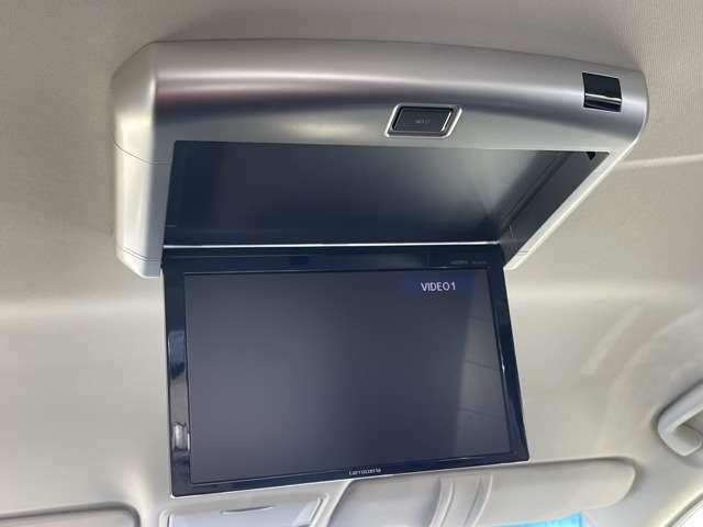 後席モニターが装備されております!!これで長時間のドライブも後ろの席に座っている方でもたのしむことができますね^^