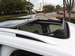 前席から2列目まで続く電動パノラマスライディングルーフです。紫外線に配慮したUVカット機能付ガラスと、直射日光から守る電動サンシェードも装備しております。