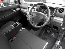 フロントシートです。やや硬めの座面と背面のクッション性能です。ひじ掛けを上げるとベンチシート形状になり、横への移動も楽々です。