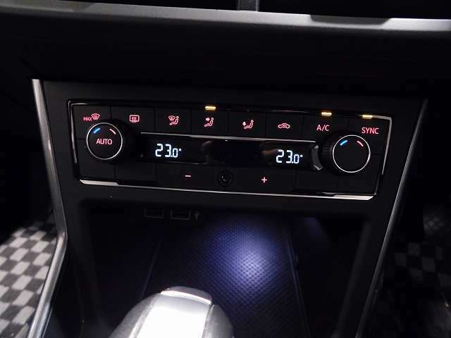 アレルゲン除去機能付き2ゾーンフルオートエアコンです。助手席運転席で別々に温度調整が可能。快適なドライブを演出してくれます。