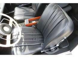 運転席・助手席のシート張替えを行っております。内装の雰囲気にあったシート素材を選んで張り替えを行っております。