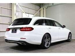 2019年式E200ワゴンが入庫!AMGスタイリングPKGを身に纏い、ボディカラーポーラーホワイトが高級感を与えます!