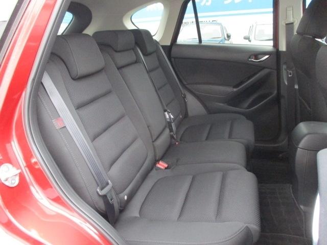 リヤシート背もたれの標準位置をゆったり座れる角度に設定した上で、よりくつろいだ姿勢が取れるリクライニング機構を採用しています。
