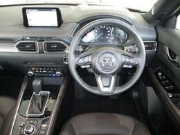 運転席周りはドライバー中心の設計になっているので適切なドライビングポジションを取る事ができます。さらに良好な視界を確保し、運転姿勢を崩さずに各スイッチ類の操作ができるようになっているため安心安全です。