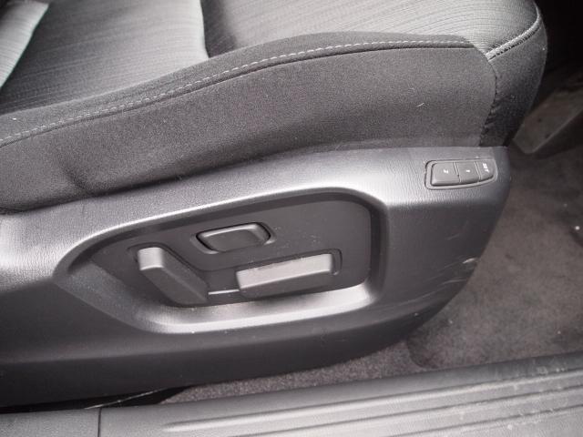 細かいドライビングポジションが調整可能な電動シート!