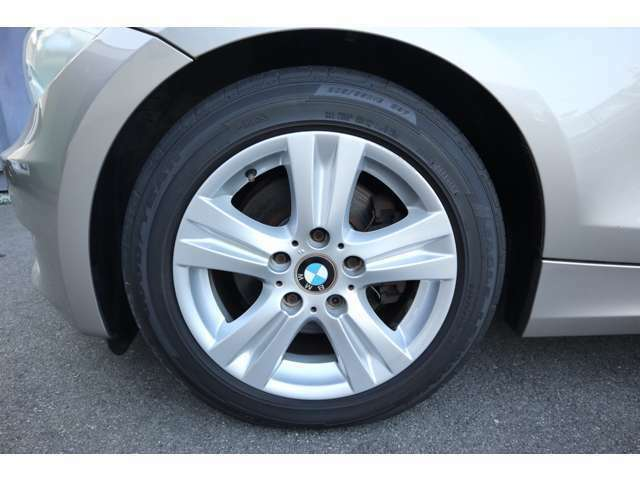 純正アルミホイール!タイヤサイズは205/55R16になります!