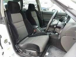 運転席は電動にて調整可能なパワーシート装備。目立つような切れや擦れ擦れなども御座いません。お得な金額にてRECARO製やBRIDE製などのスポーツシートにも変更可能です。お気軽にご相談下さいませ