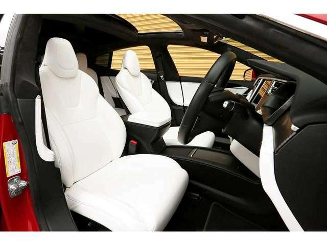 車内を明るく空間の雰囲気もグッと良くしてくれるホワイトレザーシートが装備されております!