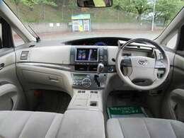 ドライバーに優しいメーター配置。運転中の視線移動を最小限に抑えられる位置にメーターをレイアウトしています。