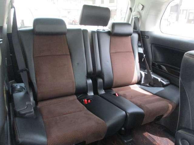 サードシートも足元広くゆっくり座れます!!