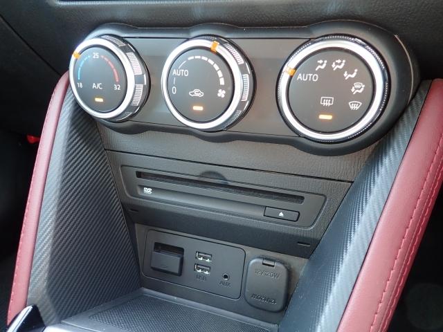 運転席/助手席独立コントロール機能付きオートエアコン。左右の設定温度を独立して設定可能なので快適な室内環境を実現しました。