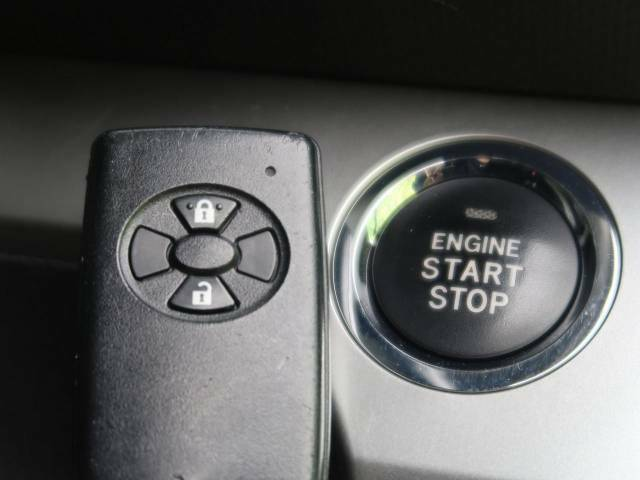 【スマートキー】カバンやポケットに入れたままでもドアの施錠・解錠が可能なスマートキーを装備。エンジンのオン・オフ時もカギを取り出す必要が無いからとっても便利です♪