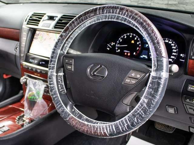 ★使いやすさや安全性を追求したステアリング周り!高級車ゆえにスイッチ類が多いのも特徴ですね!考え尽くされた配置ですぐに使いこなす事が出来ますのでご安心下さい!是非、体感してみて下さい!!