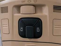 両側オートスライドドア装備!車内スイッチ、キーレススイッチ、ドアノブで操作可能です!ドアの開閉に大変お役に立つ装備です!