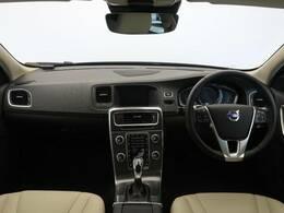 上品な白の本革シートのV60CCT5SEをご紹介♪走行距離は5000キロ未満!伸びやかなエンジンを搭載しておりドライブが楽しくなる一台です♪内装も非常に綺麗な一台です!