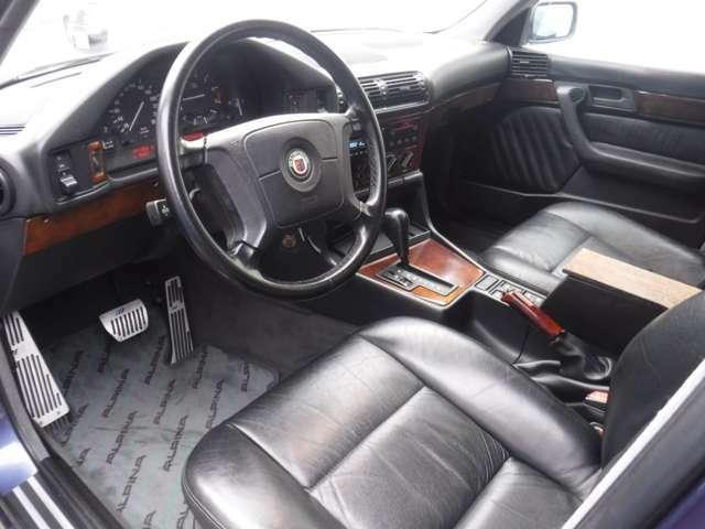通常、B10 3.0アルラッドは標準車の内装ですが、こちらは純正の革シートになっております!