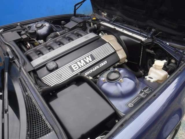 M50TUB25の192馬力(カタログ値)からボアアップされた3リッターエンジンは231馬力を発揮!エキマニもアルピナ用です♪