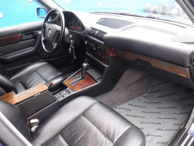 ウッドも多用されており、E34の標準車より高級感あります!