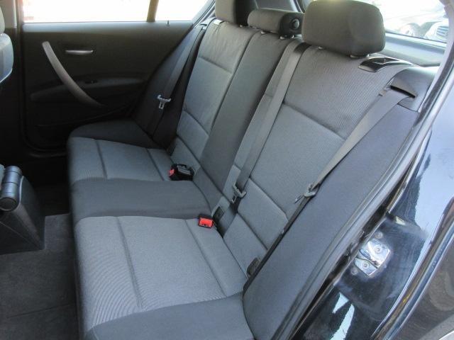 後部座席のシートは座面も大きく座り心地も良好ですので後席にお乗りになられる方もリラックスしてお座り頂けます♪