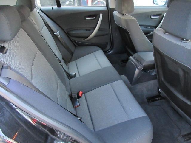 後部座席のシートにも切れや破れや焦げ穴等はありません♪汚れがちなフロアマットも使用感が少なくキレイな状態で清潔感の有る車内になっております♪
